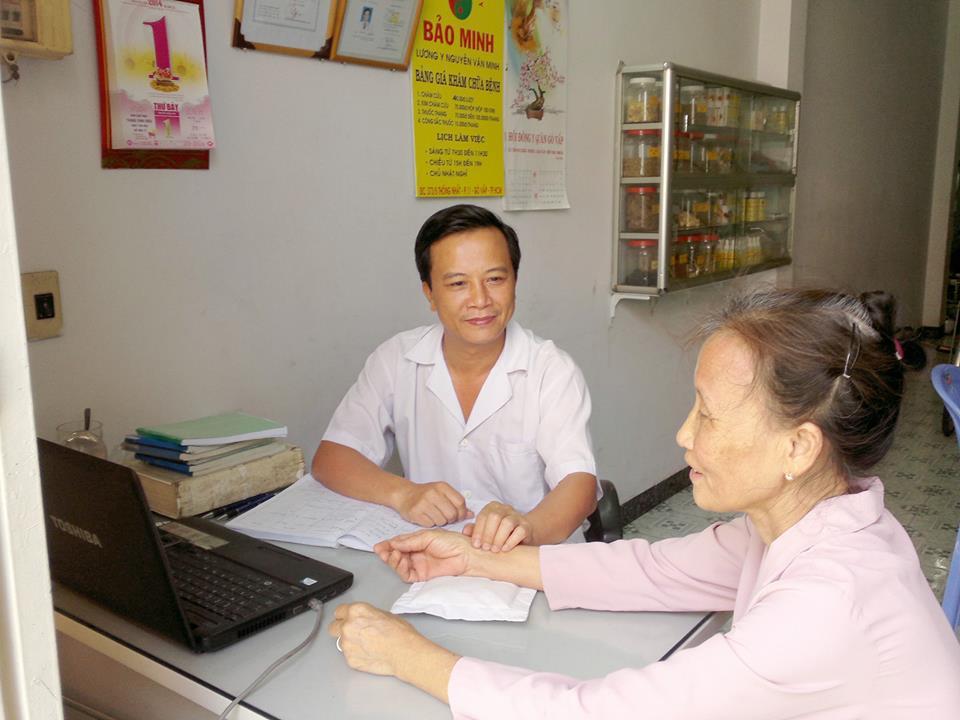 Lương y Nguyễn Văn Minh đang bắt mạch