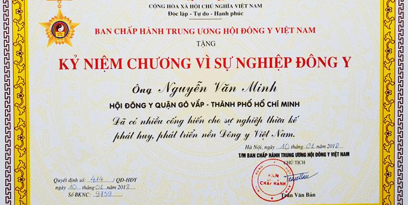 Chủ Tịch Hội Đông Y Việt Nam khen tặng Lương y Nguyễn Văn Minh.